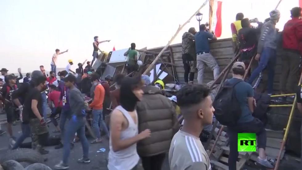 العراق.. متظاهرون يسيطرون على جسر حيوي ثالث في بغداد