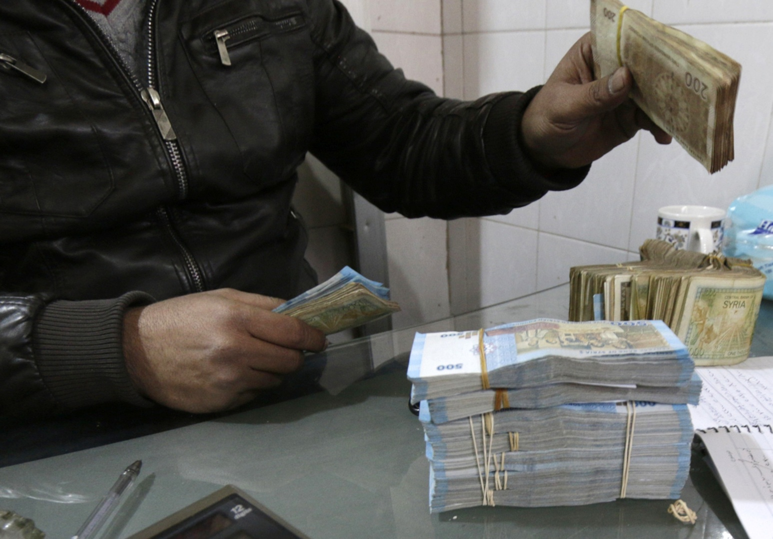 الليرة السورية تواصل الانخفاض في السوق السوداء
