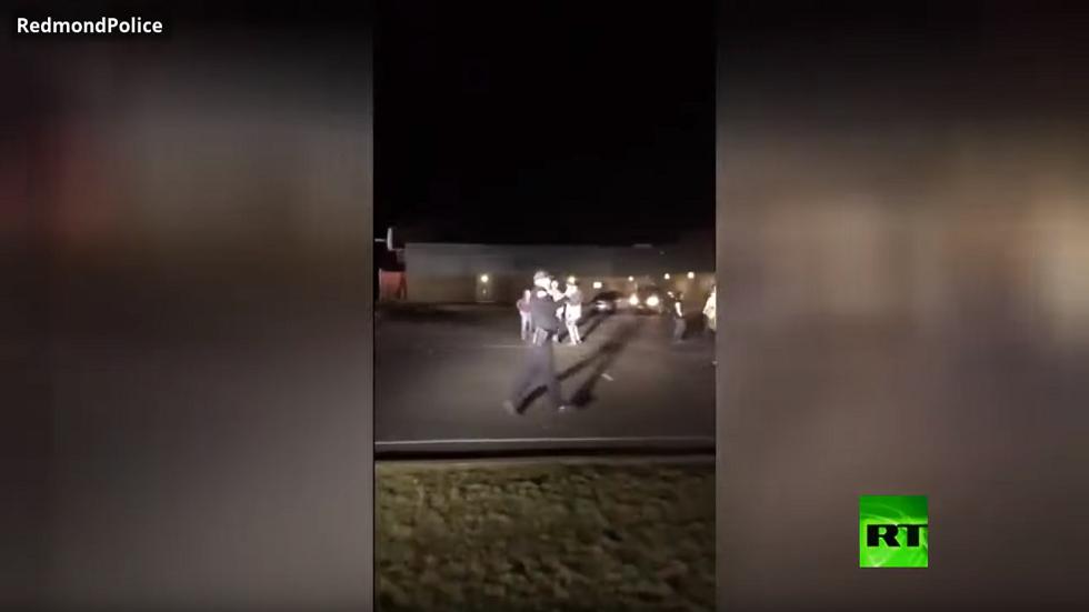 رجال شرطة يشاركون شبانا في لعب كرة السلة