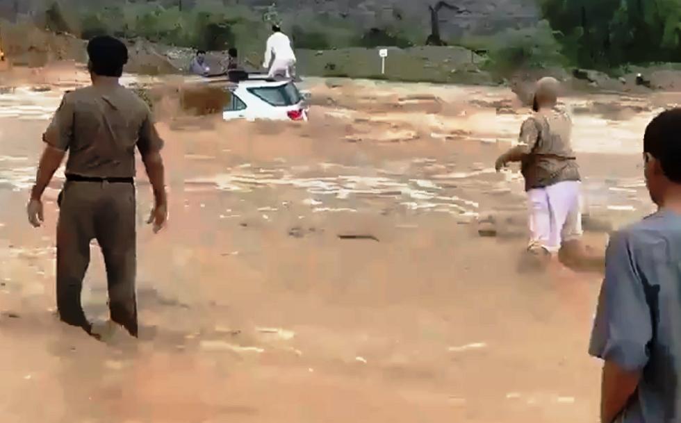 السعودية.. سائق جرافة يقتحم سيلا جارفا وينقذ 3 أشخاص علقوا فيه (فيديو)