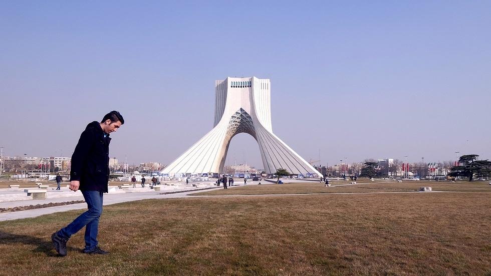 أكاديمي محكوم عليه بالسجن في إيران يهرب ويعود إلى بريطانيا