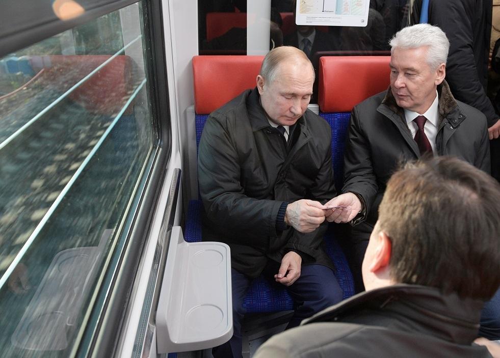 بوتين يفتتح مع عمدة موسكو أول خط للمترو الأرضي بموسكو