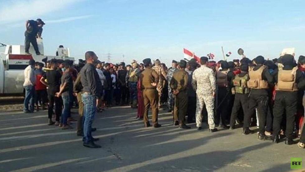 مراسلنا: محتجون يغلقون طريقا مؤديا إلى حقل نفطي جنوبي العراق