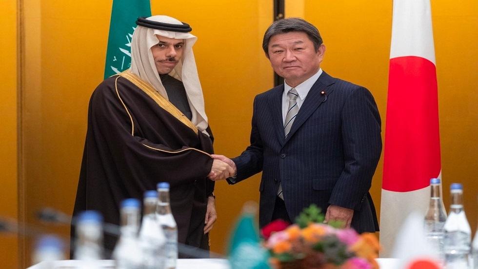 وزير الخارجية السعودي فيصل بن فرحان آل سعود يصافح وزير الخارجية الياباني توشيميتسو موتيجي في ناجويا باليابان يوم الجمعة