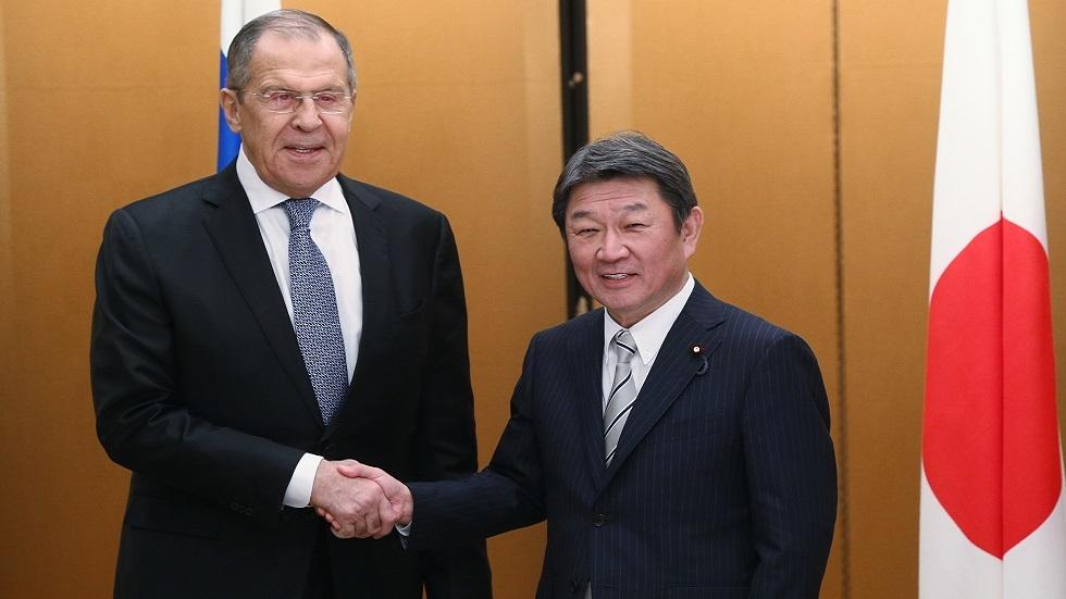 وزيرا خارجية روسيا سيرغي لافروف واليابات توشيميتسو موتيغي خلال لقائهما في ناغويا في 22 نوفمبر 2019