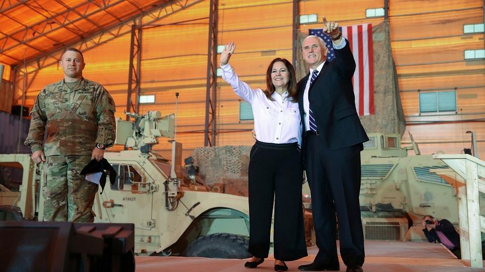 نائب الرئيس الأمريكي مايك بينس وزوجته في قاعدة