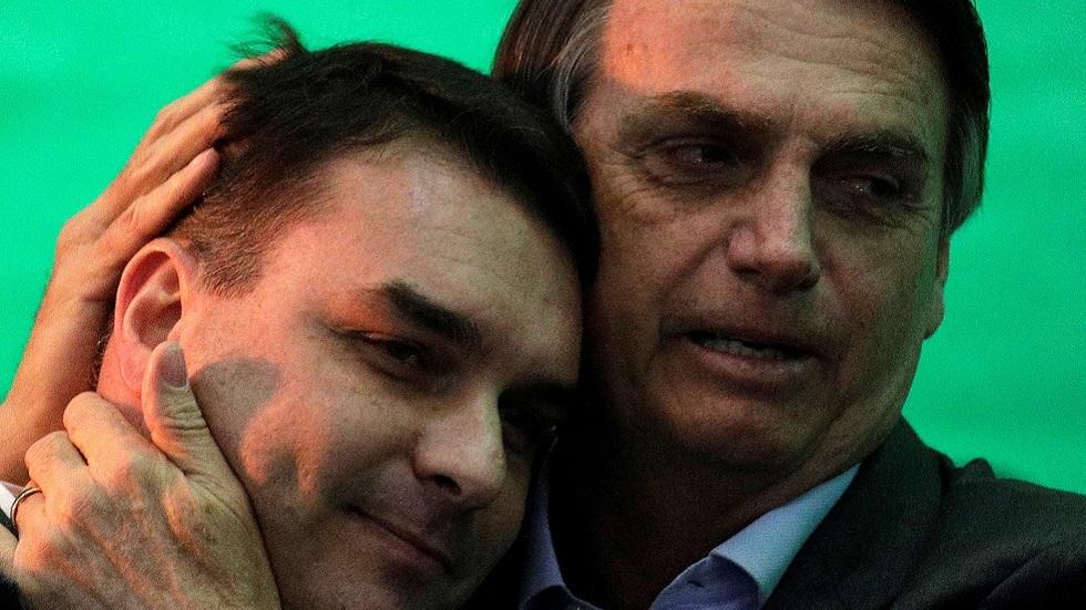 الرئيس البرازيلي جاير بولسونارو مع نجله فلافيو