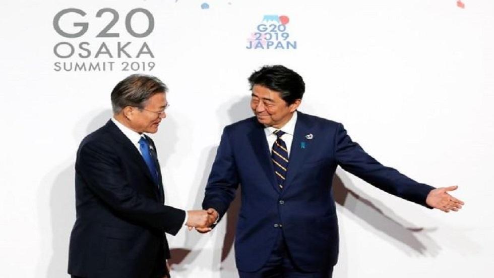 رئيس الوزراء الياباني شينزو آبي (الى اليمين) والرئيس الكوري الجنوبي مون جيه-إن في أوساكا يوم 28 يونيو الماضي.