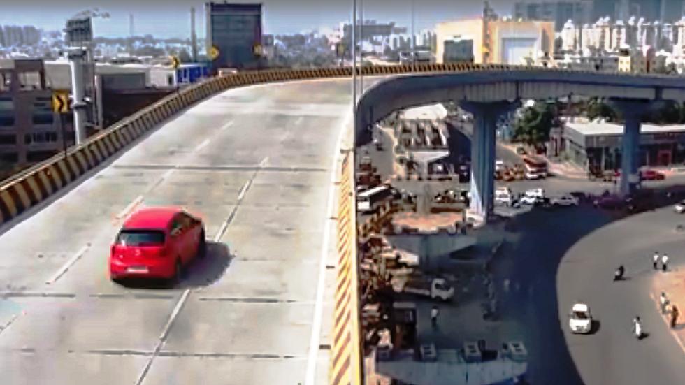 الهند.. سيارة تسقط من أعلى جسر فوق المارة وتزهق روح امرأة