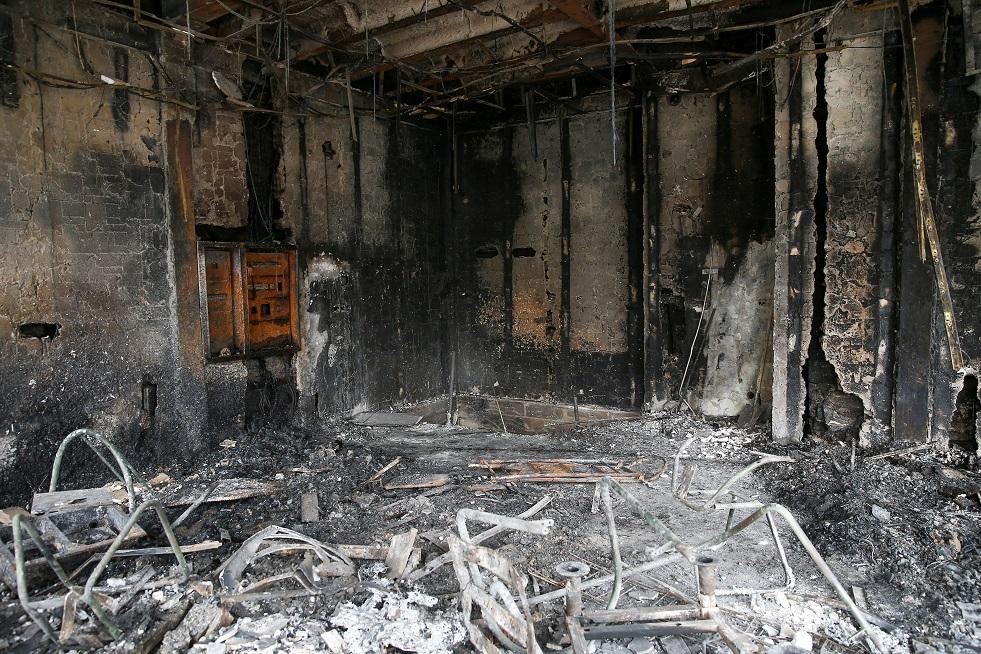أنقاض أحد البنوك المحترقة بعد احتجاجات على ارتفاع أسعار الوقود في طهران