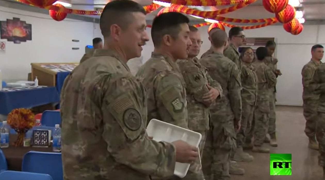 بينس يوزع أطباق الديك الرومي على جنود بلاده في العراق