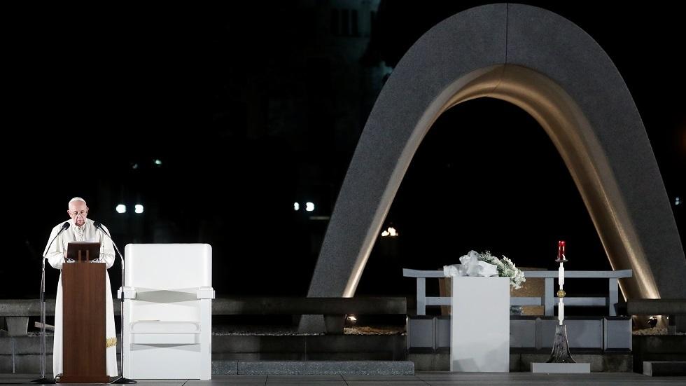 البابا فرنسيس قرب نصب السلام في هيروشيما اليابانية