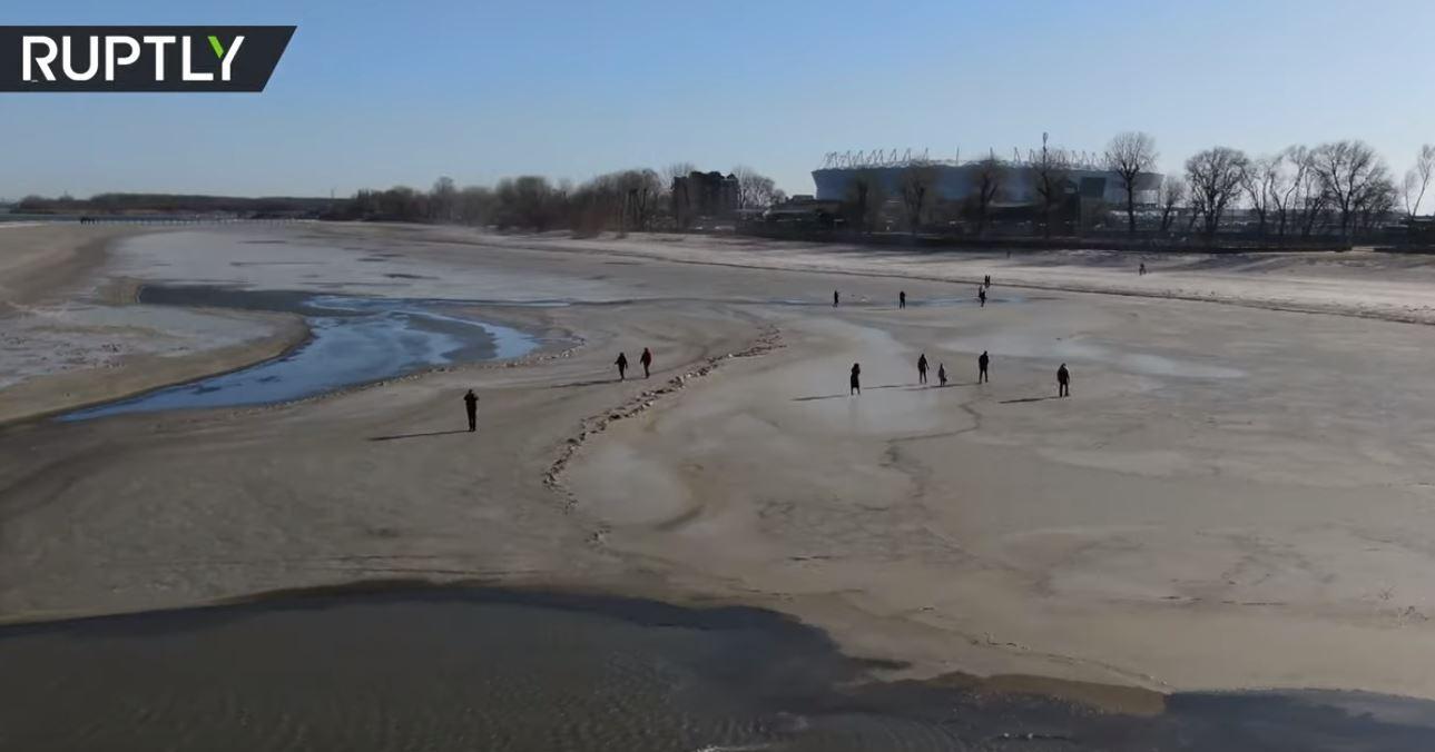 شاهد.. نهر في وسط روسيا يتحول إلى صحراء