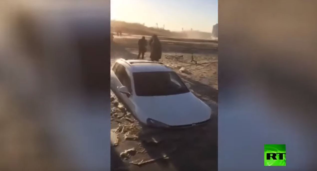 سيارة تغوص في رمال نهر انخفض منسوبه