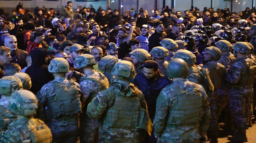 عناصر من الجيش اللبناني تمنع أنصار حزب الله وحركة أمل من اقتحام ساحة تظاهر ببيروت - أرشيف