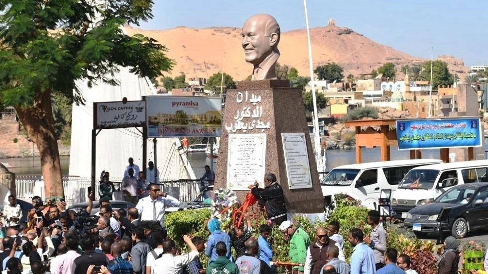 تمثال الدكتور مجدي يعقوب وسط أسوان في مصر