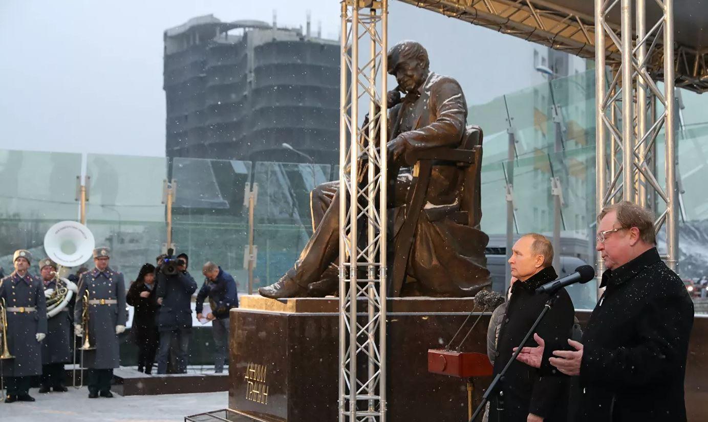 الرئيس الروسي فلاديمير بوتين يحضر مراسم افتتاح النصب التذكاري المكرس للكاتب دانييل غرانين في مدينة سان بطرسبورغ