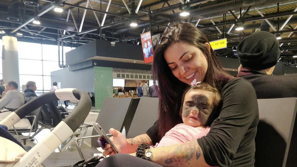 الأم كارول فينر وطفلتها لونا