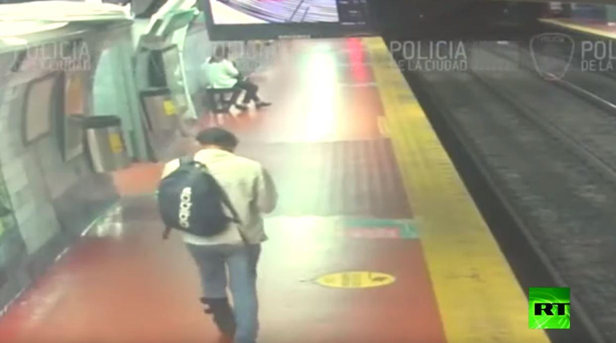 رجل كاد أن يفقد حياته تحت عجلات القطار بسبب هاتفه