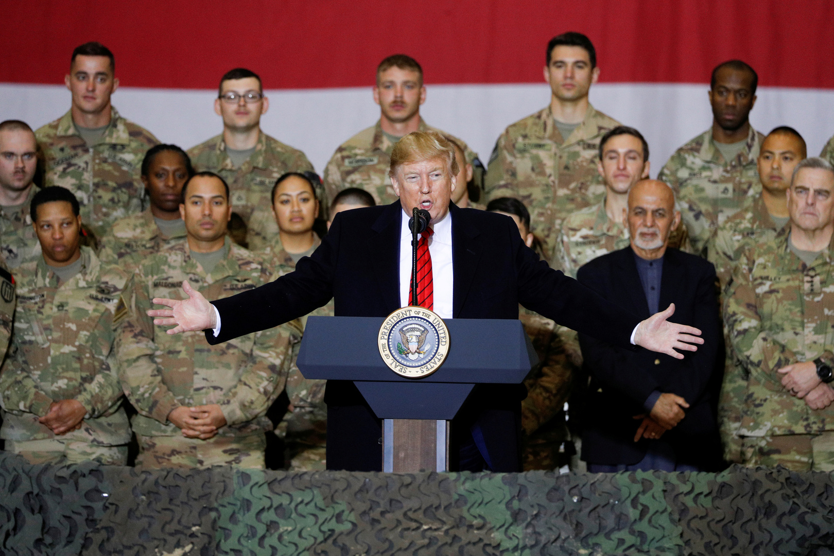 الرئيس الأمريكي، دونالد ترامب، خلال زيارته إلى قاعدة باغرام العسكرية في أفغانستان (28 نوفمبر 2019)