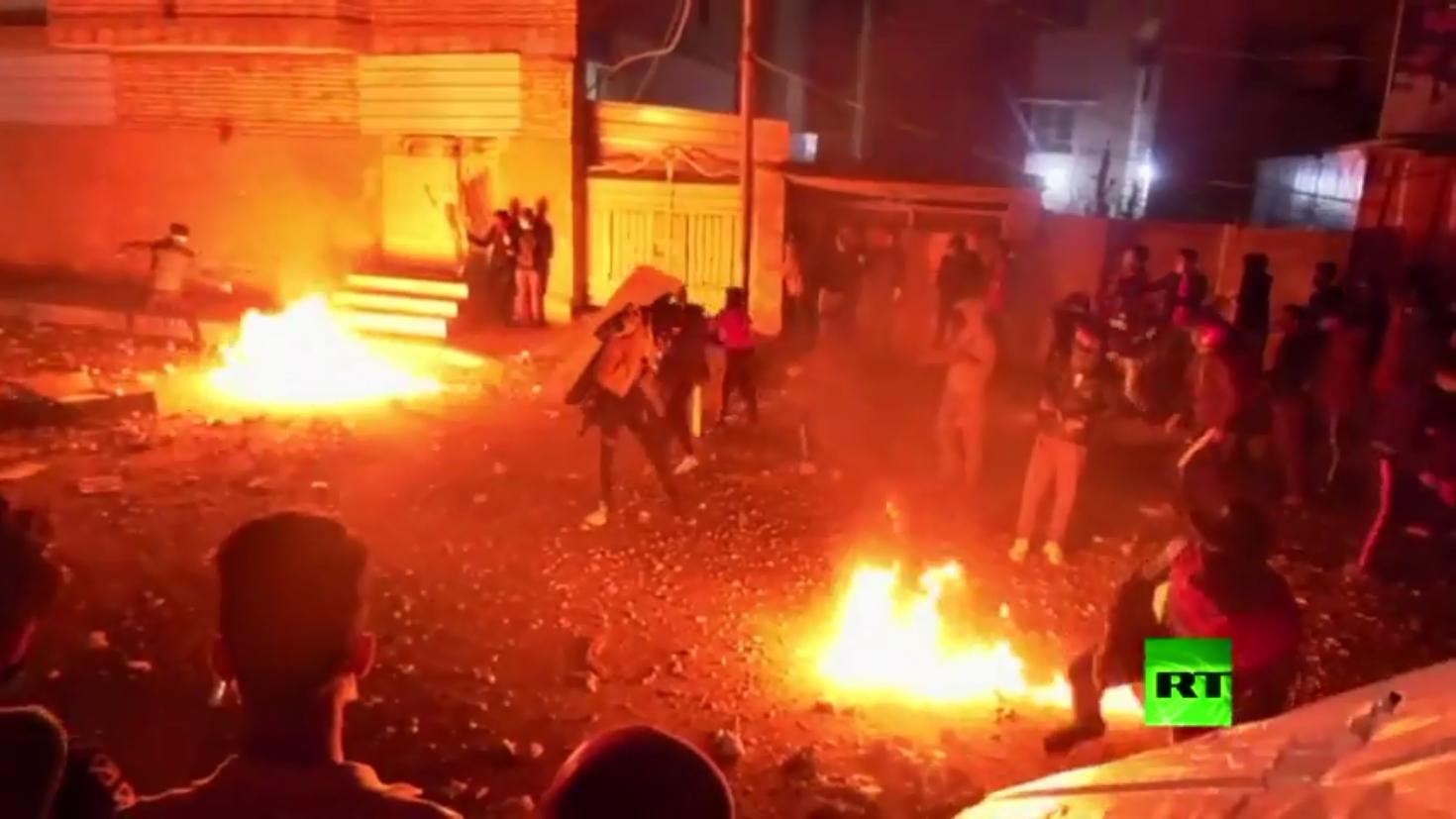 كربلاء.. تراشق بالحجارة والزجاجات الحارقة بين المتظاهرين والشرطة