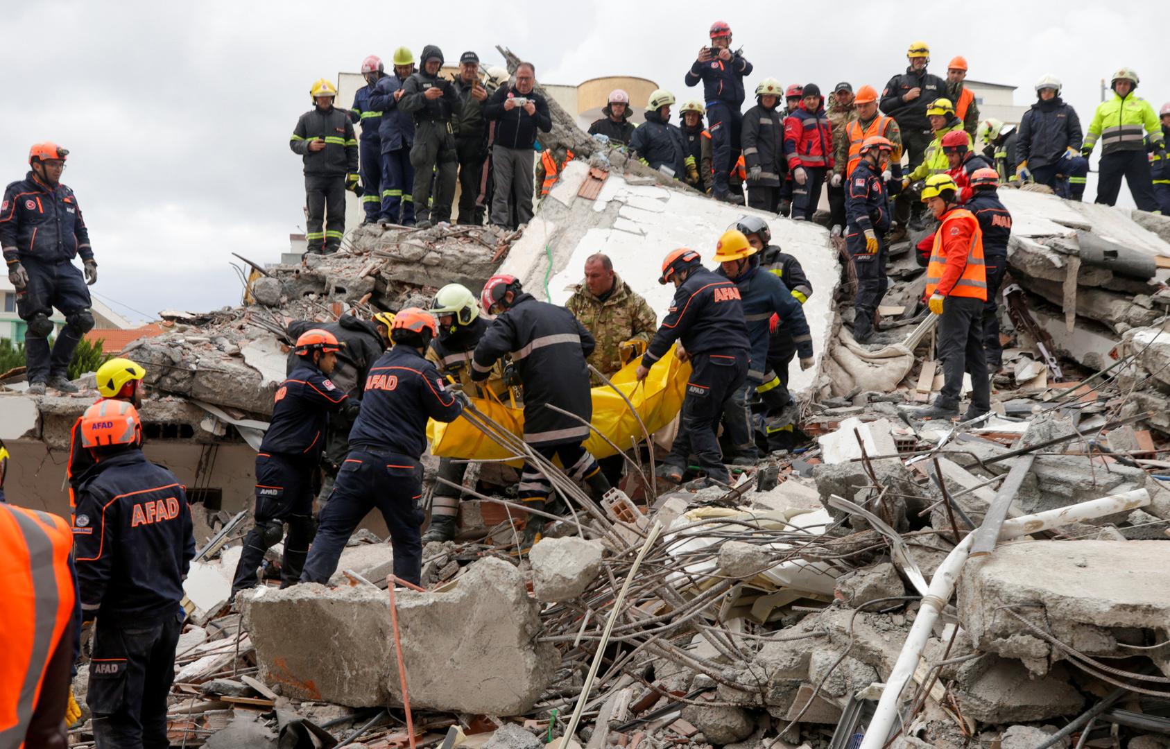 عملية إنقاذ في مدينة دوريس إثر زلزال عنيف ضرب ألبانيا يوم 26 نوفمبر