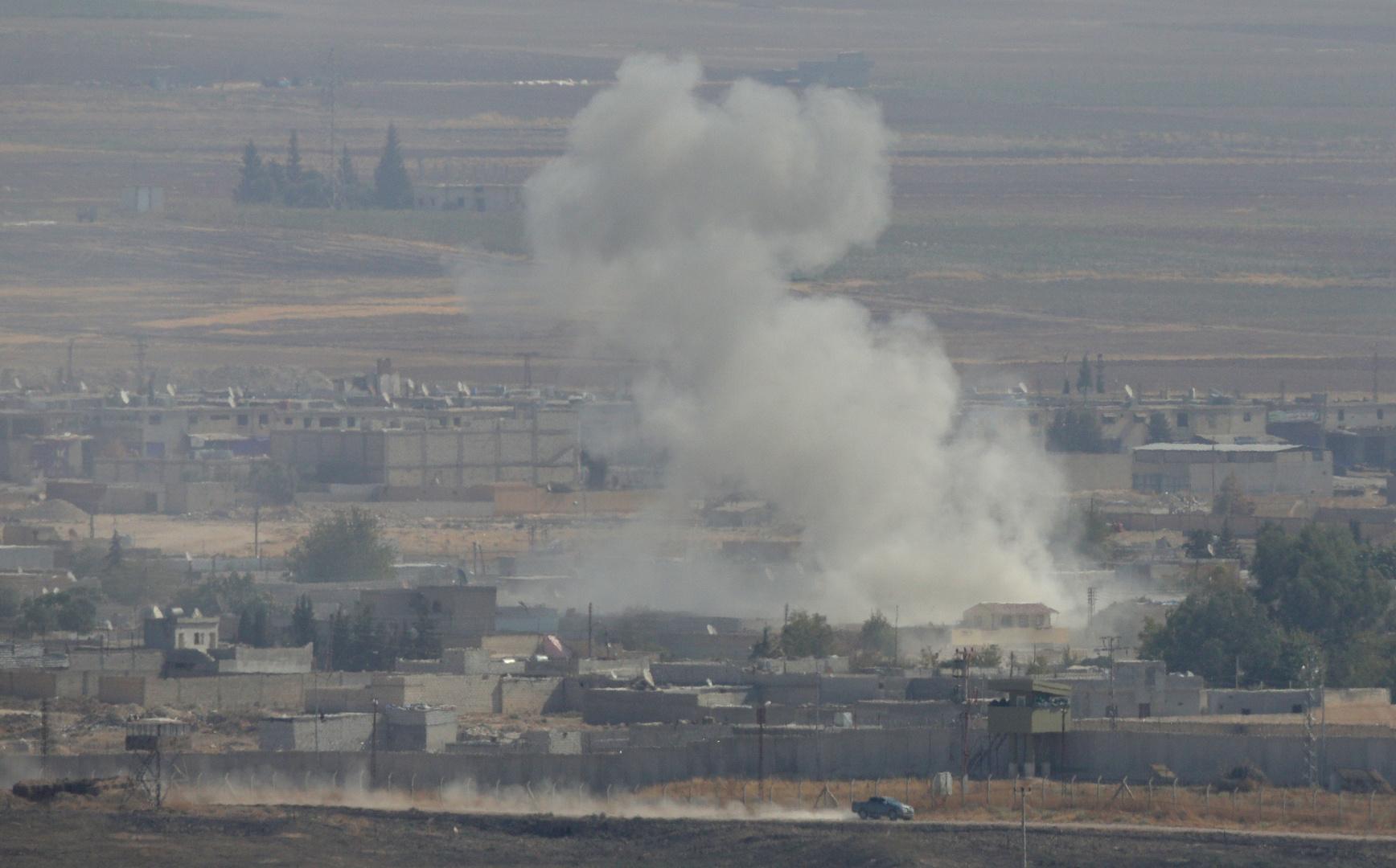 دخان يتصاعد من مواقع أعمال قتالية في مدينة رأس العين شمال شرق سوريا