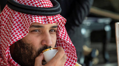 ما حقيقة صورة اللقاء بين محمد بن سلمان ووزيرين إماراتي وقطري؟