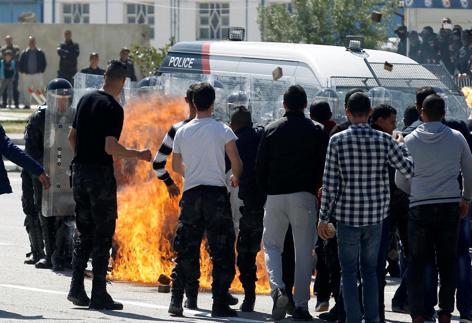 تونسيون يحتجون بعد وفاة شاب أحرق نفسه
