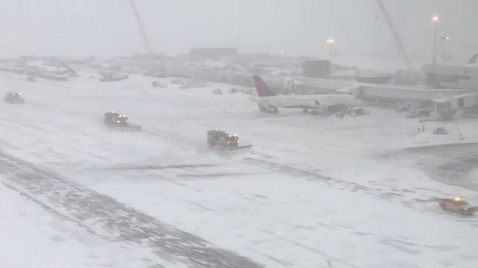 في ليلة عيد الشكر ... الثلوج الكثيفة توقف حركة المطارات في الولايات المتحدة