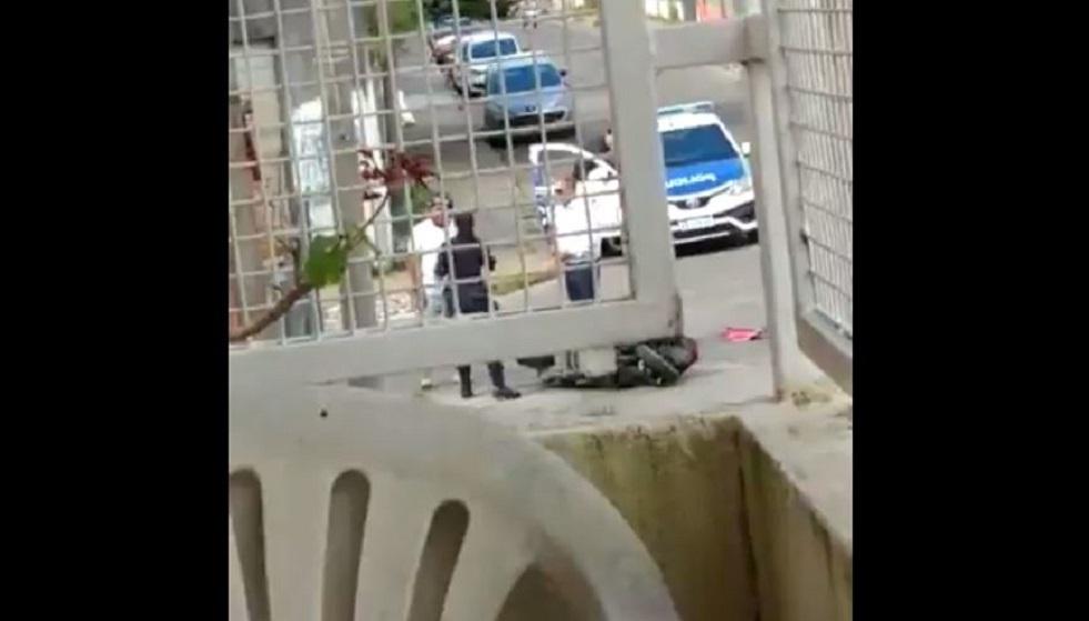شاهد.. شرطية تضرب رجلا لطمها على وجهها