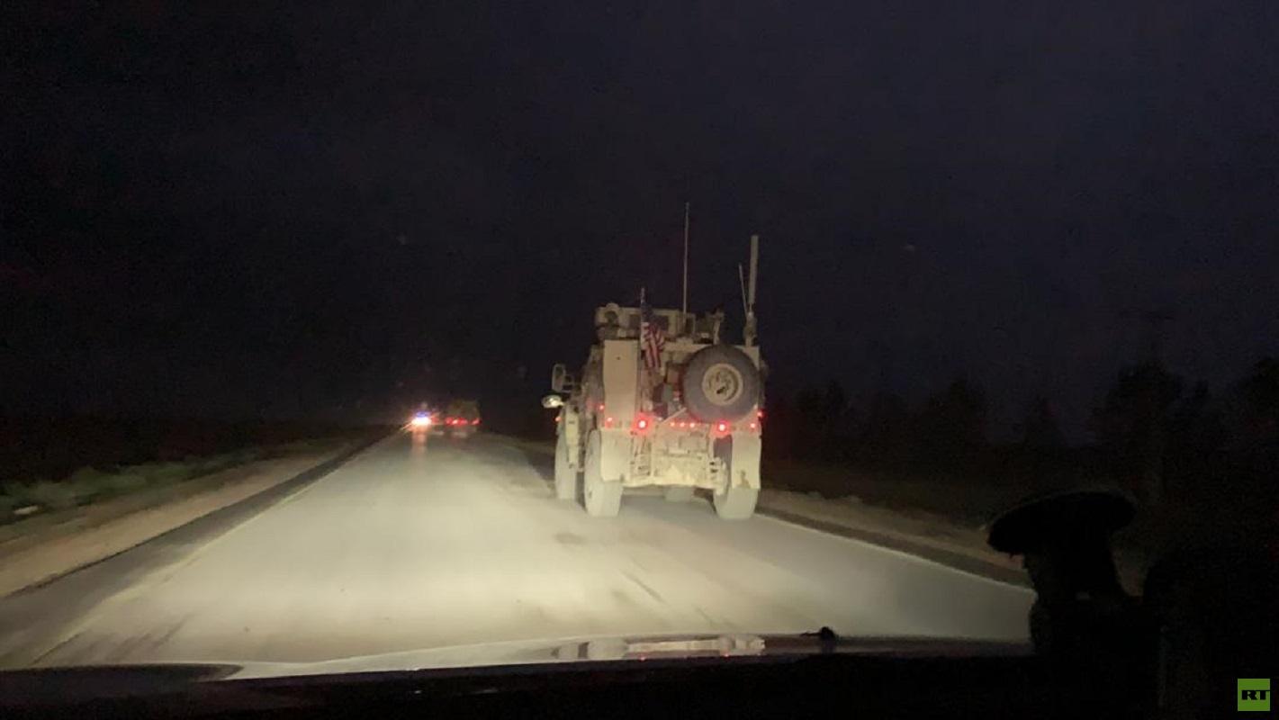 مركبة عسكرية أمريكية على طريق M4 الدولي