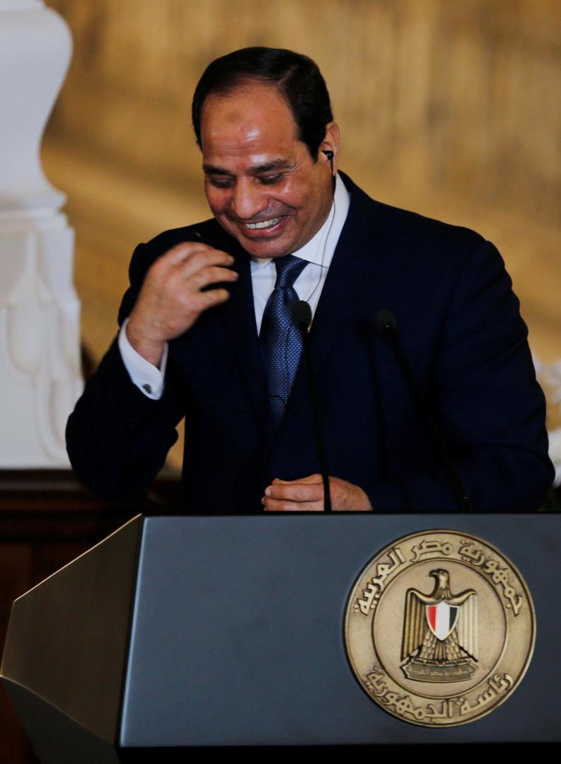 موقف طريف للسيسي خلال حديث مع رئيس الهيئة الهندسية للجيش المصري
