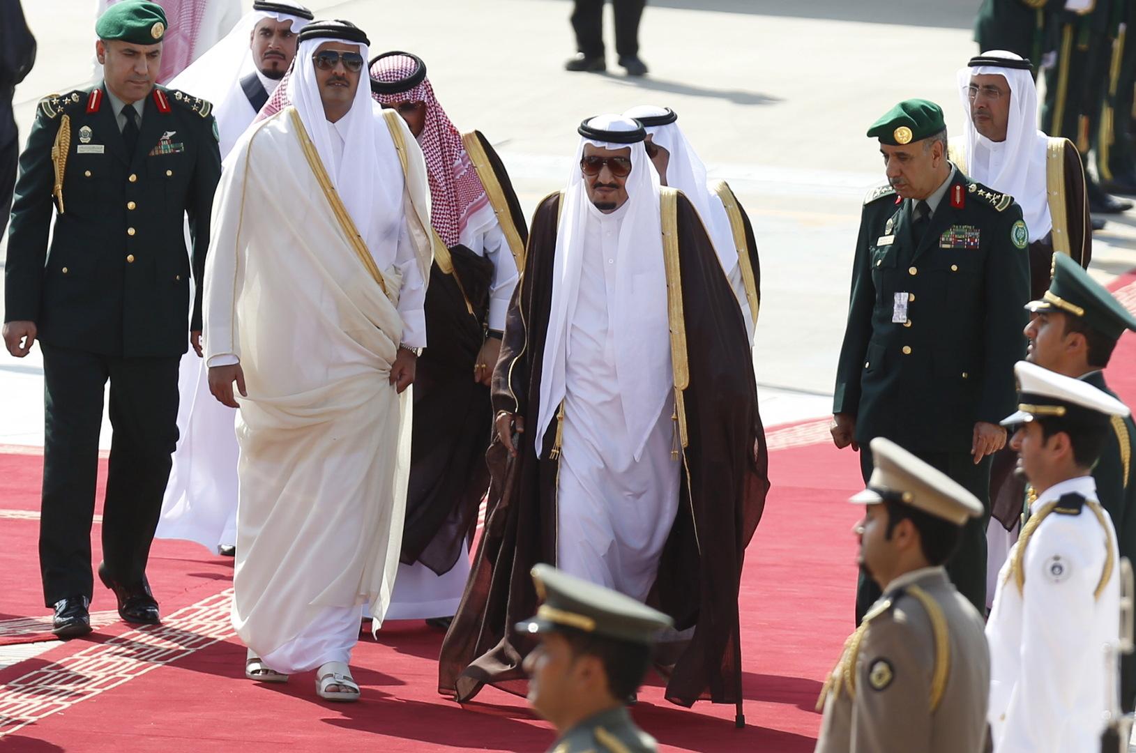 العاهل السعودي، الملك سلمان بن عبد العزيز، يستقبل أمير قطر، الشيخ تميم بن حمج آل ثاني، بعد وصوله إلى الرياض للمشاركة في القمة العربية الأمريكية (10 نوفمبر 2015).