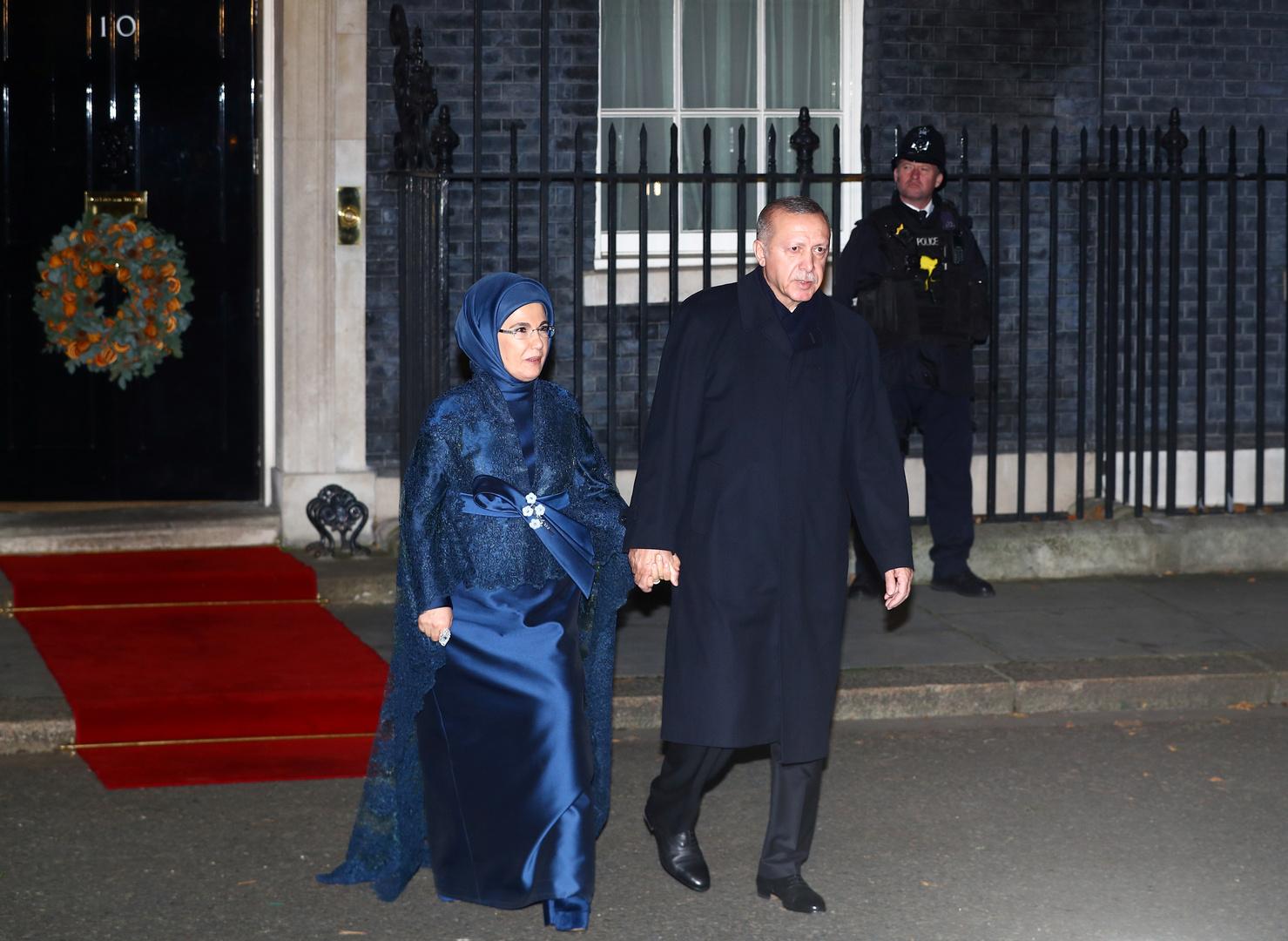 بريطانيا.. حضور لافت لعقيلة أردوغان بالحجاب في قصر باكنغهام (فيديو)