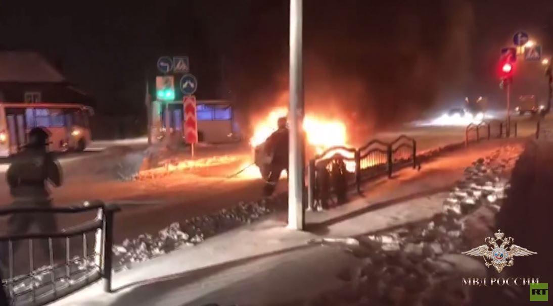رجل ينقذ عجوزا من سيارة مشتعلة في روسيا