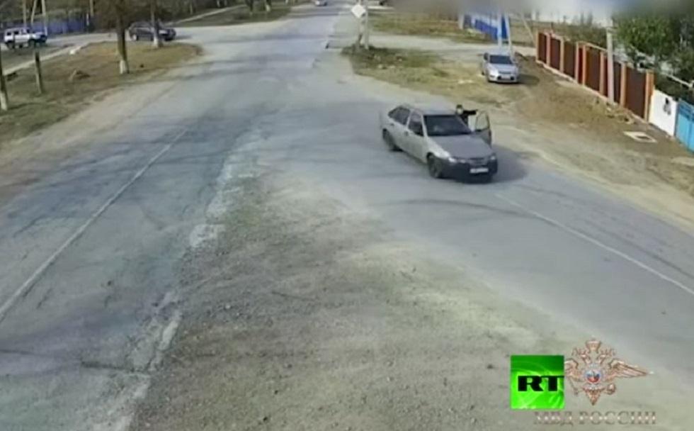 سائق مخمور يصطحب شرطيا في جولة معلقا بالسيارة