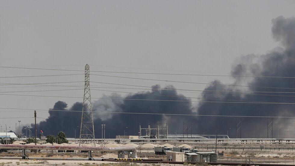 دخان يتصاعد من موقع حريق كبير في مصفاة بقيق لتكرير النفط لشركة