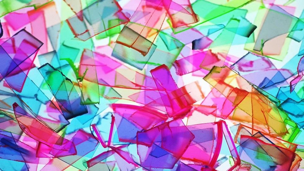 علماء يدرّبون قطعة بلاستيك على
