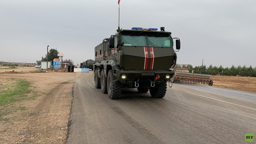 وصول قافلة ضخمة للشرطة العسكرية الروسية إلى مطار القامشلي (فيديو+صور)
