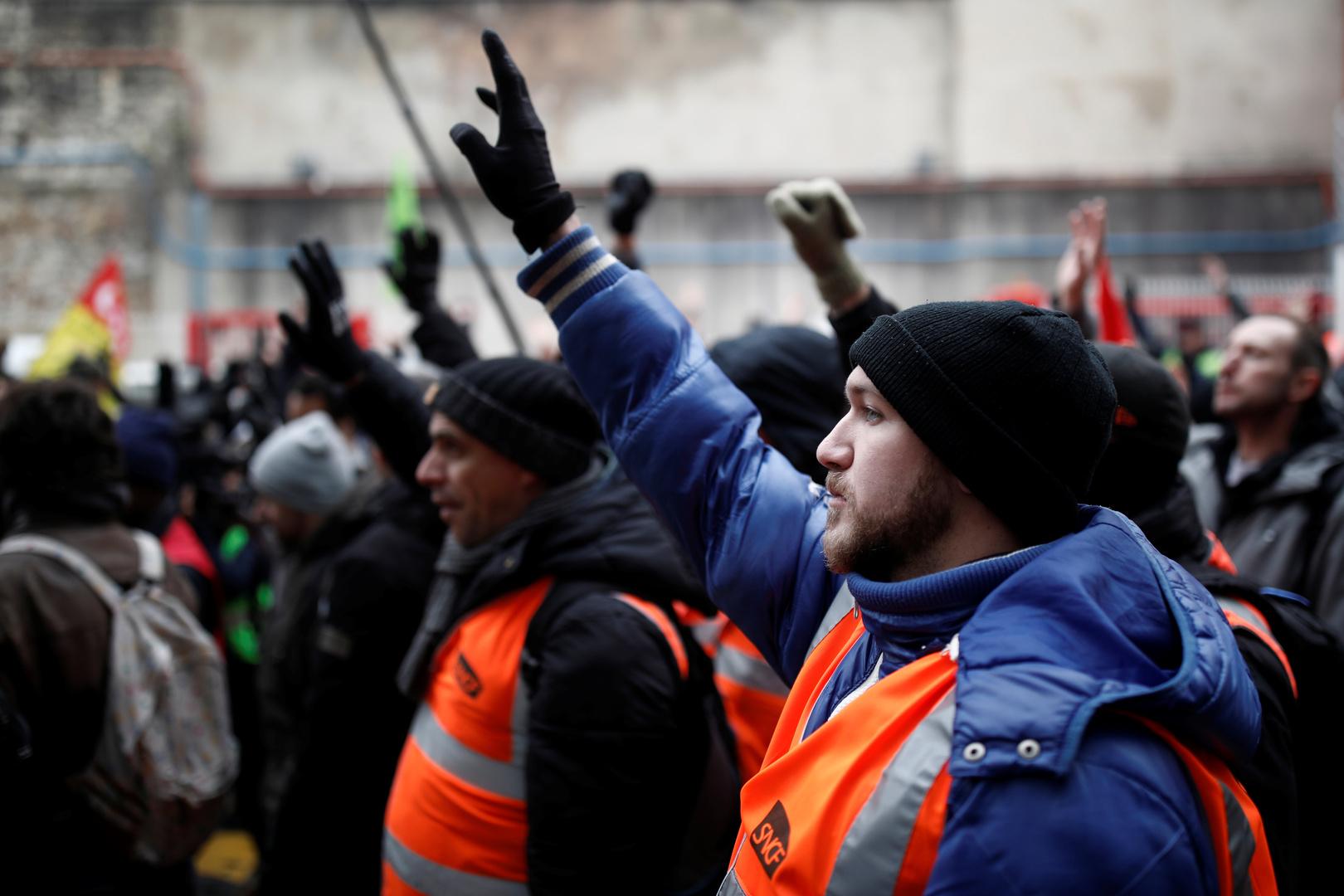 فرنسا.. ماكرون يواجه أكبر إضراب في عهدهعلى خلفية مشروع إصلاح نظام التقاعد