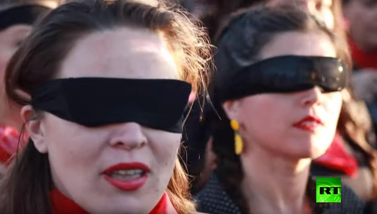 شاهد.. آلاف النساء تصدح أصواتهن بأغنية ضد الاغتصاب