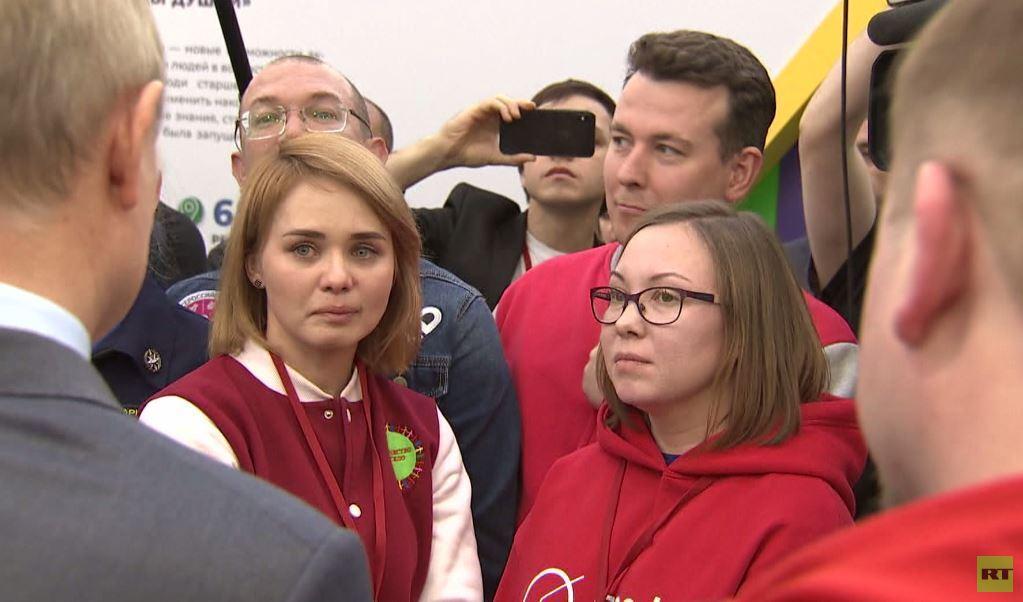 لفتة مؤثرة من الرئيس بوتين أثناء لقائه المتطوعين