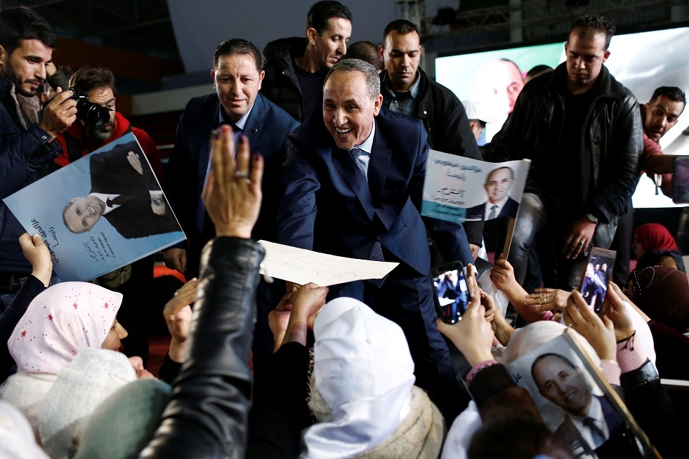 المرشح الرئاسي الجزائري عز الدين ميهوبي يحيي مؤيديه خلال تجمع انتخابي في الجزائر العاصمة