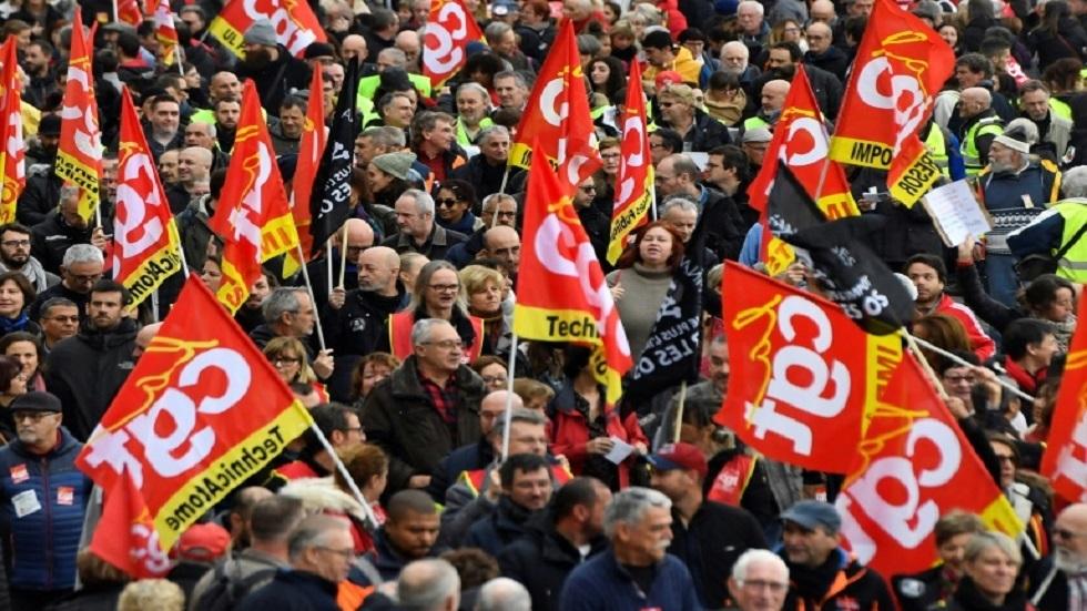 إضراب عام يشل فرنسا لليوم الثاني على التوالي احتجاجا على خطط تغيير نظام التقاعد