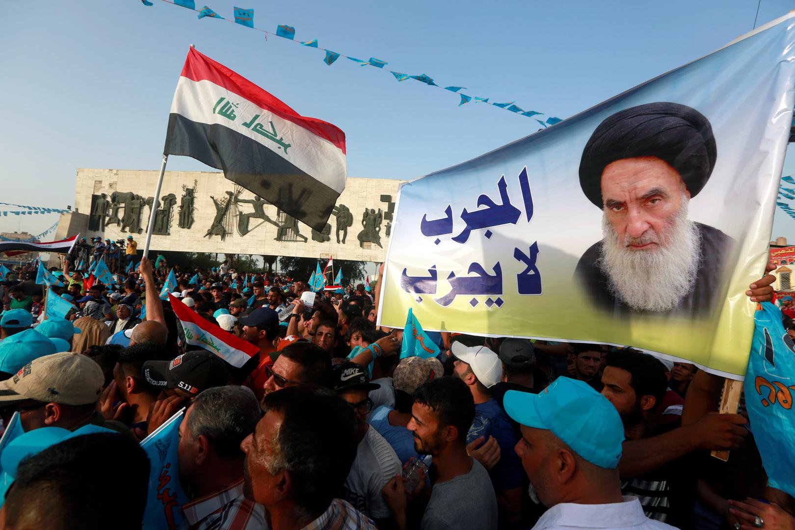 عراقيون يحملون صورة لعلي السيستان خلال تجمع لأنصار ائتلاف