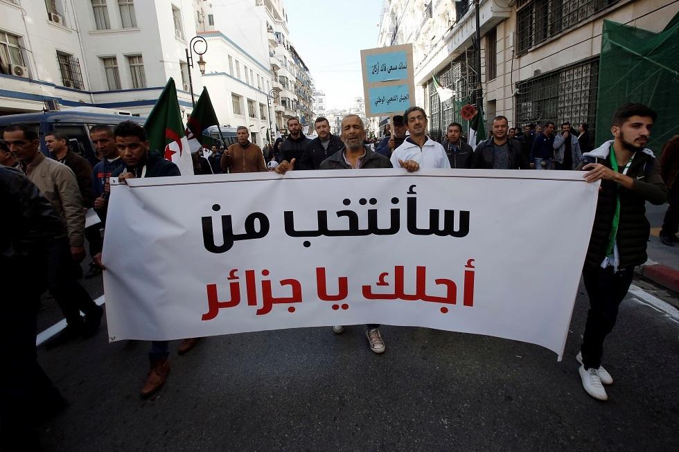 توافد الجزائريين في الخارج على صناديق الاقتراع لاختيار رئيس للبلاد