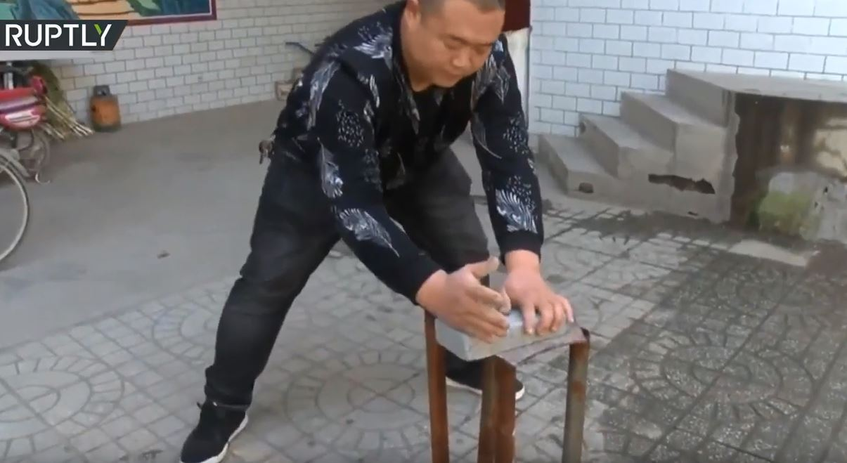 مستخدما يديه العاريتين.. صيني يكسر الزجاج والطوب بأدنى مجهود