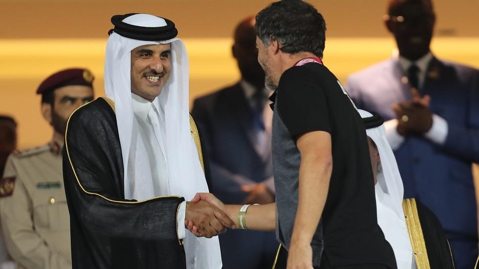 شاهد.. أمير قطر يتوج منتخب البحرين بكأس الخليج (فيديو)