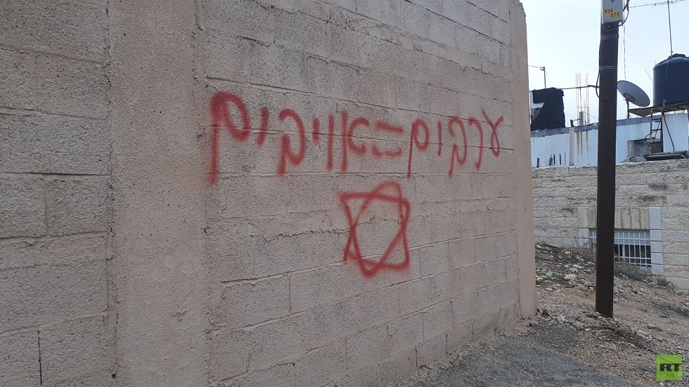 """""""العرب= أعداء""""، مستوطنون يكتبون شعارات عنصرية على جدران المنازل في شعفاط"""